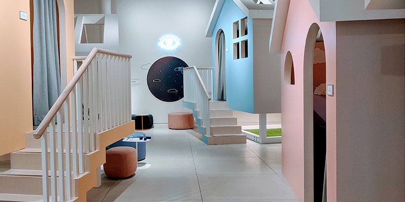 Casper showcases their mattresses and other accessories in cozy cabins to draw visitors in